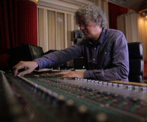 Attie Bauw achter de knoppen van het mengpaneel in zijn studio Bauwhaus