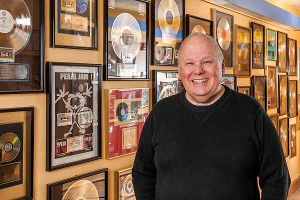 Bob Ludwig en zijn muur met gouden en platina platen.