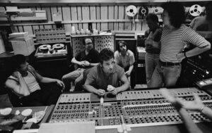 Bruce achter de knoppen van het mengpaneel met links Little Steven, achter hem Jon Landau en Garry Tallent en naast hem Danny Federici en studiotechnicus Neil Dorfsman.