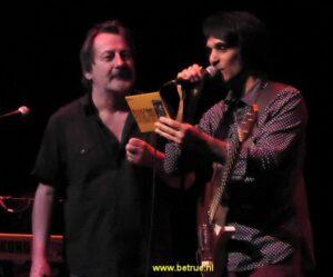 John Conte leest de tracklist voor van Soultime! tijdens het concert in het Grand Opera House in Wilmington.