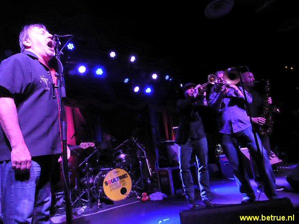 Soutshide Johnny en zijn blazers bij een Soultime!-concert.