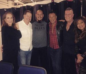 Jimmy Barnes (in het zwart en met ketting naast Bruce) bezocht met zijn vrouw en zoon Springsteen on Broadway op 12 juli en poseerde met Bruce en Patti.