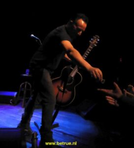 Springsteen geeft plectrum aan iemand in publiek in Walter Kerr Theatre.