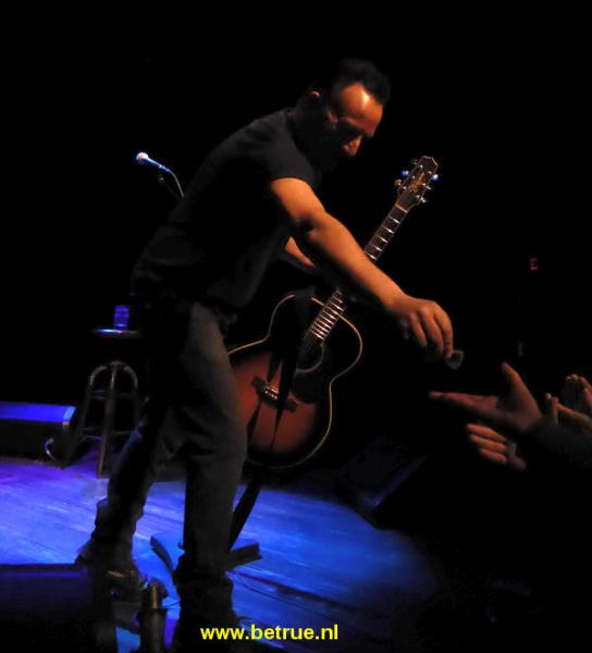 Springsteen geeft plectrum aan iemand in publiek in Walter Kerr Theatre.
