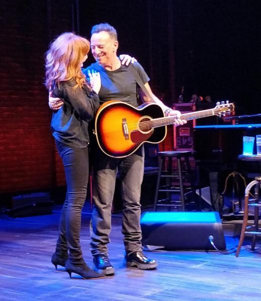 Springsteen en Patti omhelzen elkaar op podium van het Walter Kerr Theatre