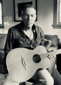 Bruce toont de gitaar die hij van een Italiaanse fan kreeg en waarop hij de meeste nummers van Letter to You schreef.
