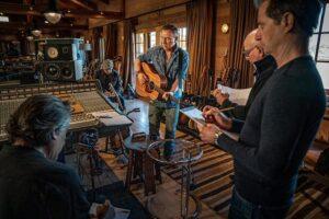 Bruce speelt de E Street Band een van de nieuwe nummers voor op akoestische gitaar.