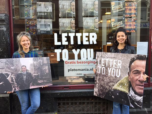 De Concerto-medewerkers tonen de Letter to You-prints die gewonnen kunnen worden.